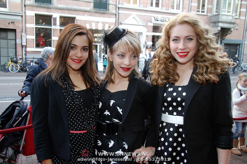 NLD/Amsterdam/20111117 - Inloop Bennie Stout in premiere voor Sinterklaas, de zusjes Lisa, Amy, Shelley Vol