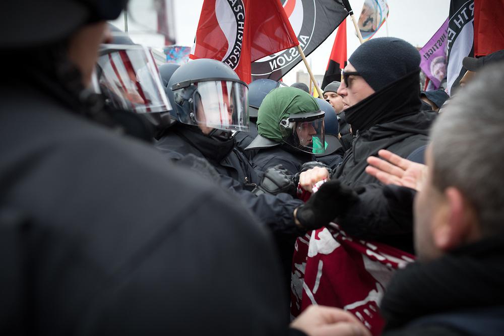 Auf der traditionellen Liebknecht-Luxemburg-Demonstration durch Berlin-Friedrichshain und Lichtenberg gedenken mehrere tausend Demonstranten den 1919 von Freikorps ermordeten Rosa Luxemburg und Karl Liebknecht. Aufgrund des Zeigens der in Deutschland verbotenen Fahnen der YPG (Volksverteidigungseinheiten<br /> Yekîneyên Parastina Gel) kam es mehrfach zu Polizeieinsätzen mit Gerangel und mehreren Festnahmen.<br /> <br /> [© Christian Mang - Veroeffentlichung nur gg. Honorar (zzgl. MwSt.), Urhebervermerk und Beleg. Nur für redaktionelle Nutzung - Publication only with licence fee payment, copyright notice and voucher copy. For editorial use only - No model release. No property release. Kontakt: mail@christianmang.com.]