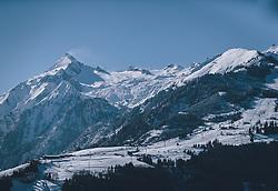 THEMENBILD - verschneites Kaprun bei Sonnenschein und blauem Himmel, die umliegende Bergwelt mit dem Maiskogel und dem Kitzsteinhorn das Gletscherskigebiet in der Tourismusregion, aufgenommen am 13. Februar 2021 in Kaprun, Oesterreich // snowy Kaprun in sunshine and blue skies, the surrounding mountain world with the Maiskogel and the Kitzsteinhorn the glacier ski area in the tourism region, in Kaprun, Austria on 2021/02/13. EXPA Pictures © 2021, PhotoCredit: EXPA/Stefanie Oberhauser