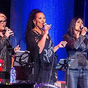 NLD/Amsterdam/20161120 - NPO Radio Ouvre Award 2016, achtergrondzangeressen, Jody Pijper en Ingrid Simons