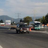 OCOYOACAC, Mexico.- Elementos de la Policía Federal a bordo de cuatro patrullas encabezaron el primer grupo de automovilistas que tomó la desviación del acceso provisional a los puentes que formarán parte de la autopista La Marquesa- Lerma, que quedó abierta a la circulación en el kilómetro 43 de la carretera federal México-Toluca. Agencia MVT. José Hernández.