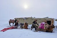 Mongolie, région de Bayan-Ulgii, transhumance d'hiver chez les nomades Kazakhs, etape // Mongolia, Bayan-Ulgii province, winter transhumance of the Kazakh nomads, rest for night