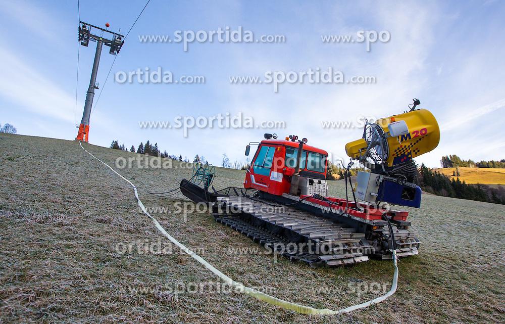 THEMENBILD - eine Pistenraupe mit montierter Schneekanone und Liftstütze auf einer grünen Piste, bei der Hochalmbahn, aufgenommen am 05. Dezember 2014, Hinterglemm, Österreich. Kein Wintereinbruch, Seilbahner warten auf Schnee bzw. auf einen Temperatursturz. Bergbahnen, die das kommende Wochenende mit dem Pistenbetrieb loslegen wollten, müssen noch warten, bis es kühler wird und damit eine Beschneiung möglich ist // a snow cat with mounted snow cannon and lift on snowless slope, at the Hochalmbahn cable car, Saalbach Hinterglem, Austria on 2014/12/05. EXPA Pictures © 2014, PhotoCredit: EXPA/ JFK
