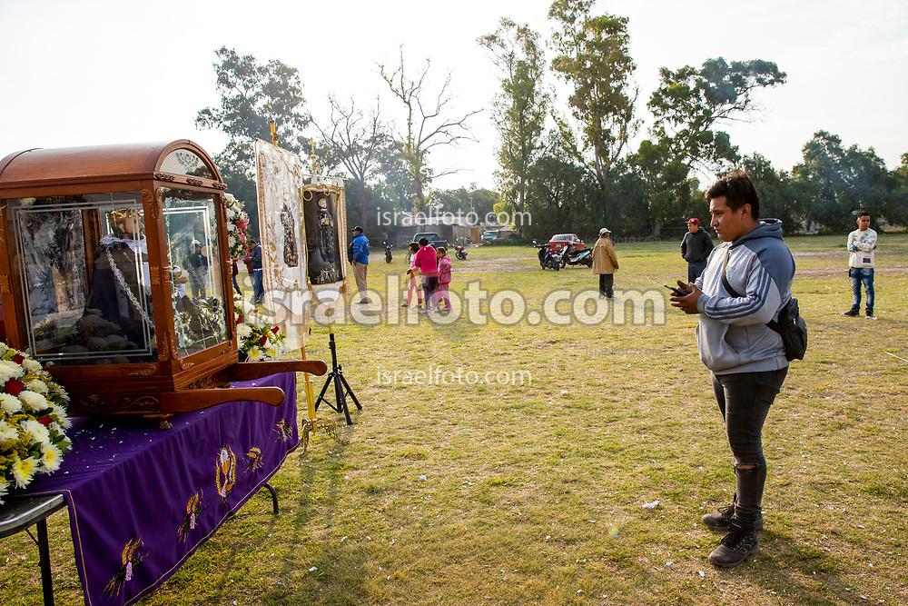 02 junio 2021, Tultepec, Estado de México. Un joven  contempla una imagen  de san Juan de Dios.