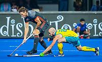 BHUBANESWAR, INDIA - Bob de Voogd (Ned) met Matthew Swann (Aus)  tijdens de halve finale tussen Nederland en Australie bij het WK Hockey heren in het Kalinga Stadion. .COPYRIGHT KOEN SUYK