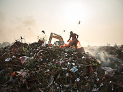 Located next to a lake, a visit to one of the main garbage dump in Kolkata. With 15 millions population in 2019 and growing, the city of Calcutta is a typical case of expansion through uncontrolled urbanization.