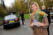 Hare Koninklijke Hoogheid Prinses Máxima der Nederlanden heeft op de Nyenrode Business Universiteit in Breukelen een toespraak over toegang tot financiële diensten (inclusive finance). <br /> <br /> Her Royal Highness Princess Máxima of the Netherlands at the Nyenrode Business University in Breukelen a speech on access to financial services (inclusive finance).<br /> <br /> Op de foto / On the photo: <br />  Prinses Maxima krijgt van de vlaamse zender VTM een CD van K3