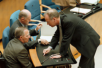 """04.05.1999, Deutschland/Bonn:<br /> Wolfgang Schäuble, CDU, CDU/CSU Fraktionsvorsitzender, und Rudolf Scharping, SPD, Bundesverteidigungsminister, im Gespräch, während der Debatte """"Haushaltsgesetz 1999"""", Deutscher Bundestag, Bonn<br /> IMAGE: 19990504-02/01-06<br /> KEYWORDS: Wolfgang Schaeuble"""