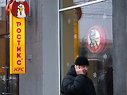 Nowosibirsk/Russische Foederation, RUS, 19.11.07: Passant vor der Kentucky Fried Chicken (KFC) Filiale im Zentrum der sibirischen Hauptstadt Nowosibirsk.<br /> <br /> Novosibirsk/Russian Federation, RUS, 19.11.07: Passerby in front of the Kentucky Fried Chicken (KFC) chain store in the Sibirian capitol Novosibirsk.