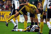 Football, Tippeligaen 13. oktober 2001. Lillestrøm-Rosenborg  1-2.  Clayton Zane, Lillestrøm, klapper på Roar Strand, Rosenborg.
