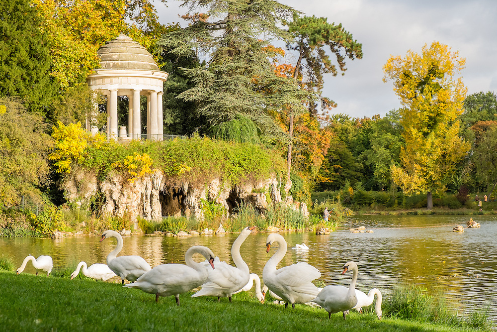 Reuilly Island in the Daumesnil pond in Vincennes parc features a cave and an artificial waterfall with a romantic rotunda due to the architect Gabriel Davioud.