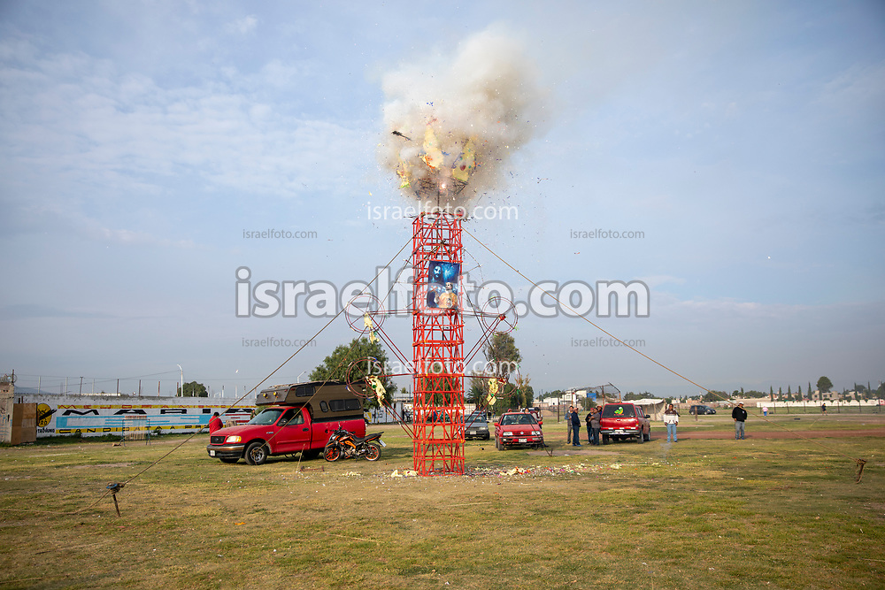 02 junio 2021, Tultepec, Estado de México. Antes del recorrido que hará la imagen de San Juan de Dios por los talleres de La Saucera, pirotécnicos queman un castillo de torre en los terrenos de la Feria Internacional de la Pirotecnia.