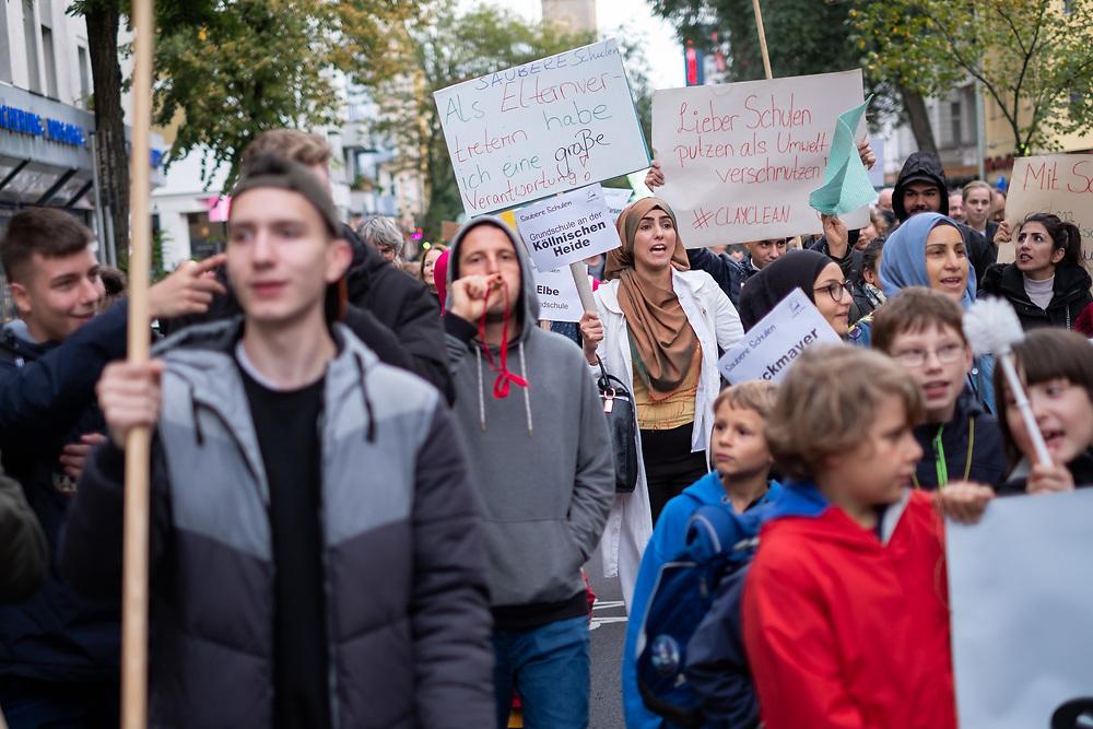 """Über 100 Eltern, Schüler Lehrer und Reinigungskräfte protestieren in Berlin Neukölln unter dem Motto """"Bessere Arbeit, saubere Schulen, gutes Lernen"""". Sie fordern eine Rekommunalisierung der Schulreinigung, da sich die Saubereit der Schultoiletten und Klassenzimmer durch Einsparmaßnahmen und Outsourcing stark verschlechtert haben soll. <br /> <br /> [© Christian Mang - Veroeffentlichung nur gg. Honorar (zzgl. MwSt.), Urhebervermerk und Beleg. Nur für redaktionelle Nutzung - Publication only with licence fee payment, copyright notice and voucher copy. For editorial use only - No model release. No property release. Kontakt: mail@christianmang.com.]"""