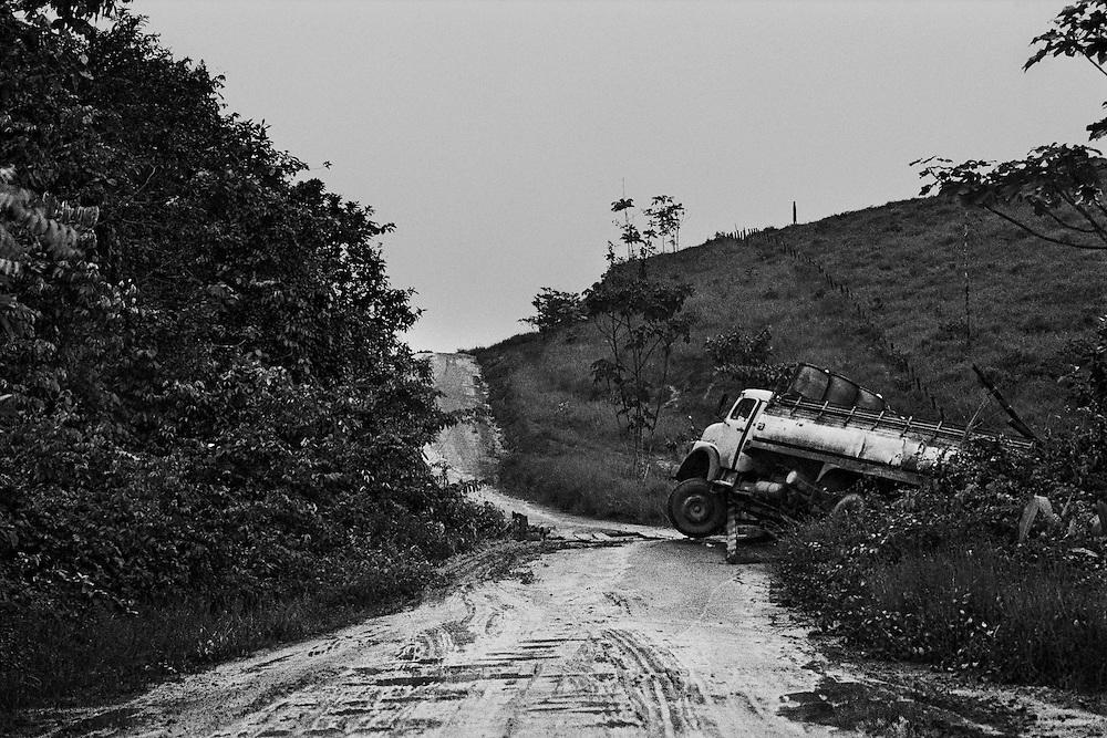 Brazil, Br 156, amapa.<br /> <br /> Six cents Km de piste en terre battue relient la frontière guyanaise depuis Oiapoque jusqu'à Macapa, sur l'embouchure de l'Amazone. <br /> <br /> Unique axe de transport routier, la piste alimente la foret guyanaise en machines et en main-d'oeuvre clandestine.