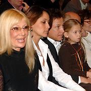 NLD/Utrecht/20060319 - Gala van het Nederlandse lied 2006, michtje Romy op schoot bij Armando Borsato