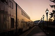 Solen har just gått upp över horisonten, Amtrak gör ett snabbt stopp.<br /> <br /> Foto: Christina Sjögren