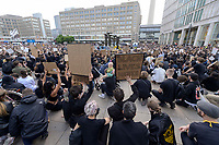 "06 JUN 2020, BERLIN/GERMANY:<br /> Demonstranten knien zum GEdenken nieder, ""Silent Demo"" anl. des gewaltsamen Todes des US-Afroamerikaners George Floyd durch Polizeigewalt in Minneapolis, Alexanderplatz<br /> IMAGE: 20200606-01-012<br /> KEYWORDS: Demonstration, demonstrator, Protest, Black Lives Matter, #blacklivesmatter"
