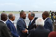 Marcelo Rebelo de Sousa recebido pelo Governador Provincial de Luanda, Sérgio Rescova, no aeroporto de Luanda. O Presidente portugês efectua uma visita de estado a Angola de 5 a 9 de Março.