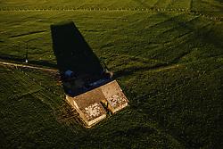THEMENBILD - eine Scheune auf einer Weide bei Sonnenuntergang, aufgenommen am 22. April 2019 in Kaprun, Oesterreich // a barn on a pasture at sunset in Kaprun, Austria on 2019/04/23. EXPA Pictures © 2019, PhotoCredit: EXPA/ JFK