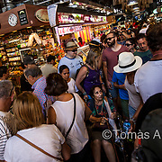 At certain times of day, the La Boquería market‒situated in the heart of Las Ramblas‒is virtually impassable and locals have to adjust their schedules to avoid the most crowded hours.