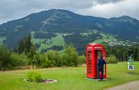 WESTENDORF -  Tirol   Oostenrijk,  - tee hole 18,  met Engelse telefooncel, verbinding naar het clubhuis,  . Golfanlage Kitzbuheler Alpen Westendorf.    COPYRIGHT KOEN SUYK