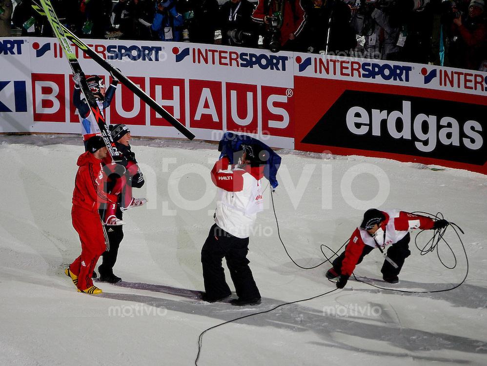 Sapporo , 240207 , Nordische Ski Weltmeisterschaft  Skispringen Grosschanze ,  Simon AMMANN (SUI) jubelt im Ziel