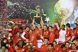 Bolivar levanta o troféu da Recopa Sulamericana 2011 após venceer por 3x1 o Independiente, da Argentina, no Estadio Beira Rio em Porto Alegre. FOTO: Jefferson Bernardes/Preview.com