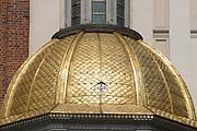 Kopuła kaplicy Zygmuntowskiej w katedrze wawelskiej w Krakowie. Kopuła pokryta jest złotą blachą z wzorem rybiej łuski. Na środku południowego spadu kopuły przymocowany jest ciemny orzeł z koroną