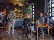 """Kraków 20-07-2019. Wnętrze kultowego pubu """"Alchemia"""" na Placu Nowym w Krakowie"""