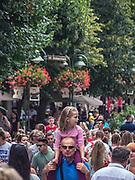 Wypełniona turystami ulica Bohaterów Monte Cassino w Sopocie (tzw. Monciak)