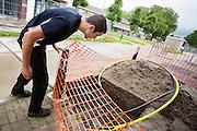 Wouter Horstink bekijkt een slecht afgezette kuil. In Leusden zorgen studenten van de ROC A12 opleiding Veiligheid & Toezicht als stagiair voor toezicht en handhaving in het winkelcentrum De Biezenkamp. De ondernemers in het winkelcentrum bepalen welke taken de studenten krijgen, de politie en een buitengewoon opsporingsambtenaar begeleiden de studenten.