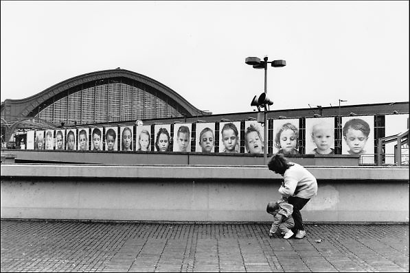 Duitsland,Keulen, 10-12-1986Het centraal station van deze stad aan de rijn. Een expositie, tentoonstelling, van portretten van kinderen hangen tegen een schutting ihkv een culturele manifestatie.Foto: Flip Franssen/Hollandse Hoogte