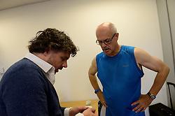 27-06-2014 NED: Uitzwaaimoment Iceland Diabetes Challenge, Nijkerk<br /> In gezondheidscentrum De Nije Veste in Nijkerk werden de Iceland deelnemers en de deelnemers van de Nije Veste challenge uitgezwaaid door gouden olympiër Mark Huizinga, de winnaar van de poolcirkel expeditie 2014 / Bril passen voor Andre