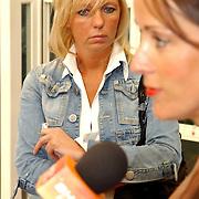 NLD/Amsterdam/20050704 - Premiere Sleeping Beauty on Ice, verslaggeefster Petra Boots luistert.journaliste