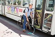Een fietser in San Francisco zit tussen een stadsbus en het trottoir. De Amerikaanse stad San Francisco aan de westkust is een van de grootste steden in Amerika en kenmerkt zich door de steile heuvels in de stad. Ondanks de heuvels wordt er steeds meer gefietst in de stad.<br /> <br /> A cyclist in San Francisco is jammed between a bus and the pavement. The US city of San Francisco on the west coast is one of the largest cities in America and is characterized by the steep hills in the city. Despite the hills more and more people cycle.