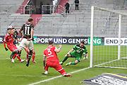 Fussball: 2. Bundesliga, FC St. Pauli - Fortuna Düsseldorf 0:3, Hamburg, 20.12.2020<br /> Maximilian Dittgen (Pauli, l.) - Torwart Florian Kastenmeier (Fortuna)<br /> © Torsten Helmke