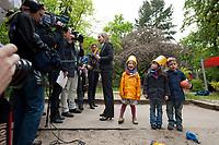 17 MAI 2010, BERLIN/GERMANY:<br /> Kristina Schroeder, CDU, Bundesfamilienministerin, gibt einigen Journalisten ein Interview, Besuch des INA.KINDER.GARTEN, Campus der Charite<br /> IMAGE: 20100517-01-002<br /> KEYWORDS: Kind, Kinder, Kristina Schröder, Kindergarten, Kita