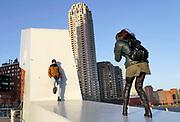 Nederland, Netherlands, Rotterdam, 7-2-2019 Kop van Zuid, wilhelminakade, met hoogbouw.  Oude en nieuwe architectuur. District Kop van Zuid with high-rise buildings. Een jong stel maakt een foto van elkaar . fotografie,portret,vriendje,stel,stelletje,koppel,liefde,verliefd,paar,koppel,fotograferenFOTO: FLIP FRANSSEN