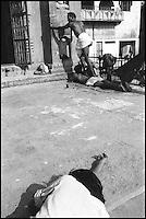 Inde - Uttar Pradesh - Ville sainte de Bénares (Varanasi) - Bain rituel dans les eaux du Gange sur les gath. // India. Uttar Pradesh. Holy City of Benares (Varanasi). Ganga.