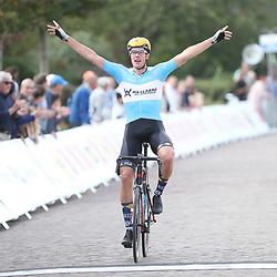 28-09-2016: Wielrennen: Olympia Tour: Assen <br /> ASSEN (NED) wielrennen  <br /> Jan Willem van Schip heeft de tweede etappe van Olympia's Tour gewonnen. De renner van Join S-De Rijke ontsnapte met Pavel Sivakov uit een kopgroep van elf en won vervolgens de sprint-a-deux.Arvid de Kleijn werd derde. Sivakov is de nieuwe leider. Van Schip was na goed vijftien kilometer één van de aanstichters van de kopgroep.