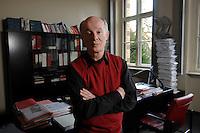 12 JAN 2007, POTSDAM/GERMANY:<br /> Prof. Hans Joachim Schellnhuber, Direktor, Potsdamer Institut fuer Klimaforschung, PIK, nach einem Interview, in seinem Buero, Institut fuer Klimaforschung<br /> Prof. Hans Joachim Schellnhuber, CBE, Potsdam Institute for Climate Impact Research, after an interview, in his office, Potsdam Institute for Climate Impact Research<br /> IMAGE: 20070112-01-044<br /> KEYWORDS: Büro
