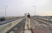 Nederland, Nijmegen, 10-12-2020  Aannemer KWS deed groot onderhoud aan de oude, iconische Waalbrug . De brug werd afgelopen jaar grondig gerenoveerd en opgeknapt. Het bleek dat de oude verf chroom6 bevat waardoor de schildersbeurt is uitgesteld vanwege extra veiligheidsmaatregelen. De brug is gebouwd in 1936 en was toen de langste boogbrug van Europa . Glaszetters brengen een glascherm aan langs het vernieuwde fietspad.Daarna worden alle vier rijstroken vrijgegeven.Foto: ANP/ Hollandse Hoogte/ Flip Franssen
