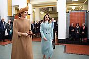 Officieel bezoek Jordanie aan Nederland - Dag 1<br /> <br /> Koningin Maxima  en koningin Rania bekijken onder andere de Victory Boogie Woogie tijdens een bezoek aan het Gemeentemuseum. <br /> <br /> Official visit Jordan to the Netherlands - Day 1<br /> <br /> Queen Maxima and Queen Rania view the Victory Boogie Woogie during a visit to the Gemeentemuseum.