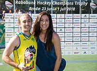 BREDA - Jake Harvie (Aus)   krijgt de prijs voor best rising player , uit handen van Naomi van As. .   Australia-India (1-1), finale Rabobank Champions Trophy 2018. Australia wint shoot outs.  COPYRIGHT  KOEN SUYK