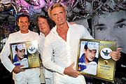 CD presentatie van Gewoon Gerard in Fabels Eten en Drinken in Bergen.<br /> <br /> Op de foto:  Gerard Joling en Wino Omtzig Krijgen de Gouden plaat