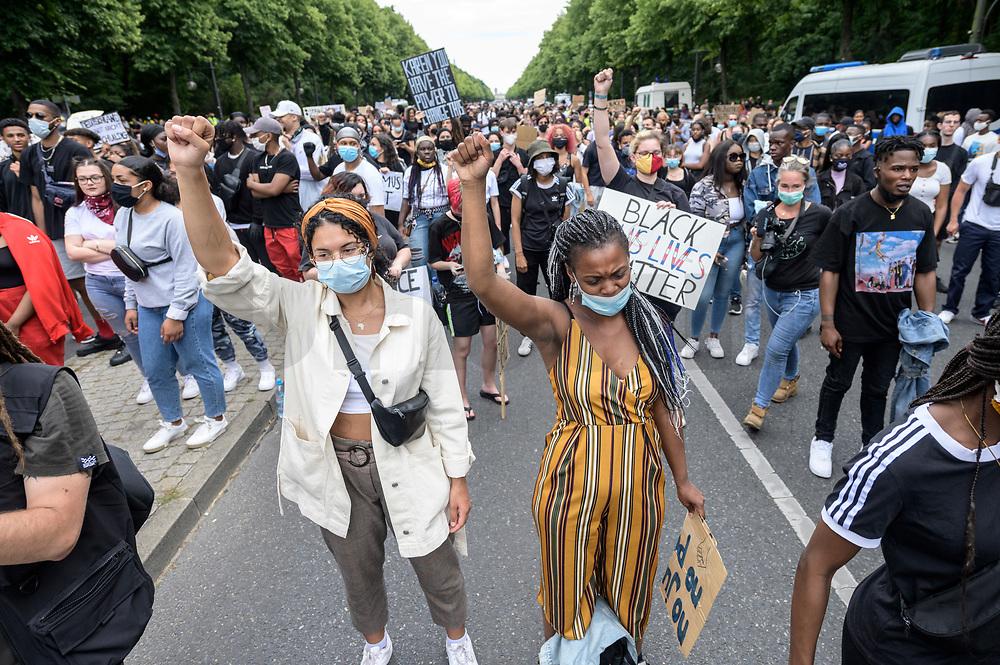 "04 JUL 2020, BERLIN/GERMANY:<br /> Demonstratinnen heben die Faust, Demonstration gegen Rassismus unter dem Motto ""Black Lives Matter"" auf der Strasse des 17. Juni<br /> IMAGE: 20200704-01-039<br /> KEYWORDS: Demonstraten, Demonstrant, Demonstratin, Demo, Protest, protester, Protesters, PoC, Frau, Frauen"