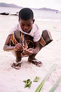 Jongen maakt souveniers van rietblad