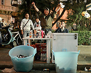 Giovani venditori ambulanti di bibite durante la festa di San Nicola di Bari. Bari, 8 maggio 2013. Christian Mantuano / OneShot <br /> <br /> Young hawkers of drink during the feast of St. Nicholas of Bari Bari, 8 May 2013. Christian Mantuano / OneShot