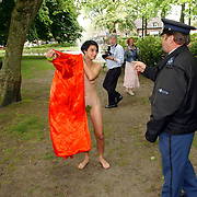 NLD/Laren/20050521 - Opening Atelierroute 2005 Laren, Sjoerd Pleijsier schildert een naakte dame, word kwaad en politie komt tussenbeide.vrouw, schilderij, agent, ochtendjas