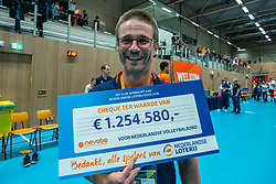 12-06-2019 NED: Golden League Netherlands - Estonia, Hoogeveen<br /> Fifth match poule B - The Netherlands win 3-0 from Estonia in the series of the group stage in the Golden European League / Ass. coach Max Giaccardi of Netherlands with the Staatsloterij cheque